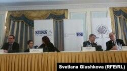 Наблюдатели ОБСЕ за выборами перед началом пресс-конференции. Астана, 21 марта 2016 года.