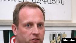 Չարլզ Լոնսդեյլը մամուլի ասուլիսի ժամանակ, Երեւան, 28-ը հունիսի, 2010թ.