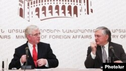 Главы МИД Армении и Ирландии - Эдвард Налбандян (справа) и Эймон Гилмор - на пресс-конференции в Ереване, 12 июня 2012 г.