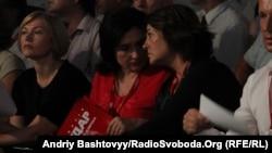 Письменниця Марія Матіос (у центрі) на з'їзді партії УДАР, 1 серпня 2012 року