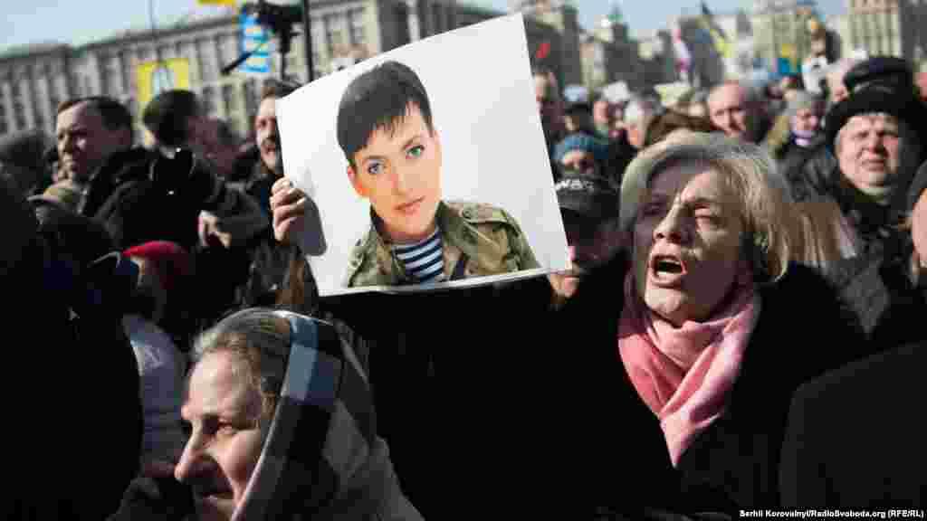 Після мітингу на майдані Незалежності частина протестувальників пішла до російського посольства в Києві.