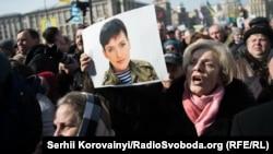 Украиналык учкуч Надежда Савченкого эркиндик берүүнү жана Москва менен алаканы биротоло токтотууну талап кылган Киевдеги акция.