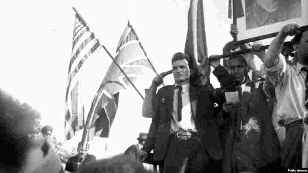 Ніколае Чаушеску– майбутній диктатор Румунії– вітає Червону армію в Бухаресті, 1944 рік