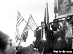 Бухарест приветствует советские войска, август 1944 года. Слева – будущий коммунистический диктатор Румынии Николае Чаушеску, тогда – молодой активист компартии