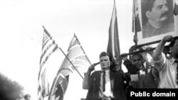 Ceaușescu sărbătorind, în 1944, venirea Armatei Roșii