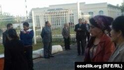 Преподаватели Андижанского государственного медицинского института едут на сбор хлопка, 17 октября 2017 года.