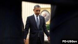Президент США Барак Обама молится во время встречи с религиозными лидерами в в Овальном кабинете.