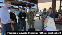 Игорь Яременко (слева) с рабочим визитом на КПВВ на админгранице Крыма с Херсонской областью, сентябрь 2020 года