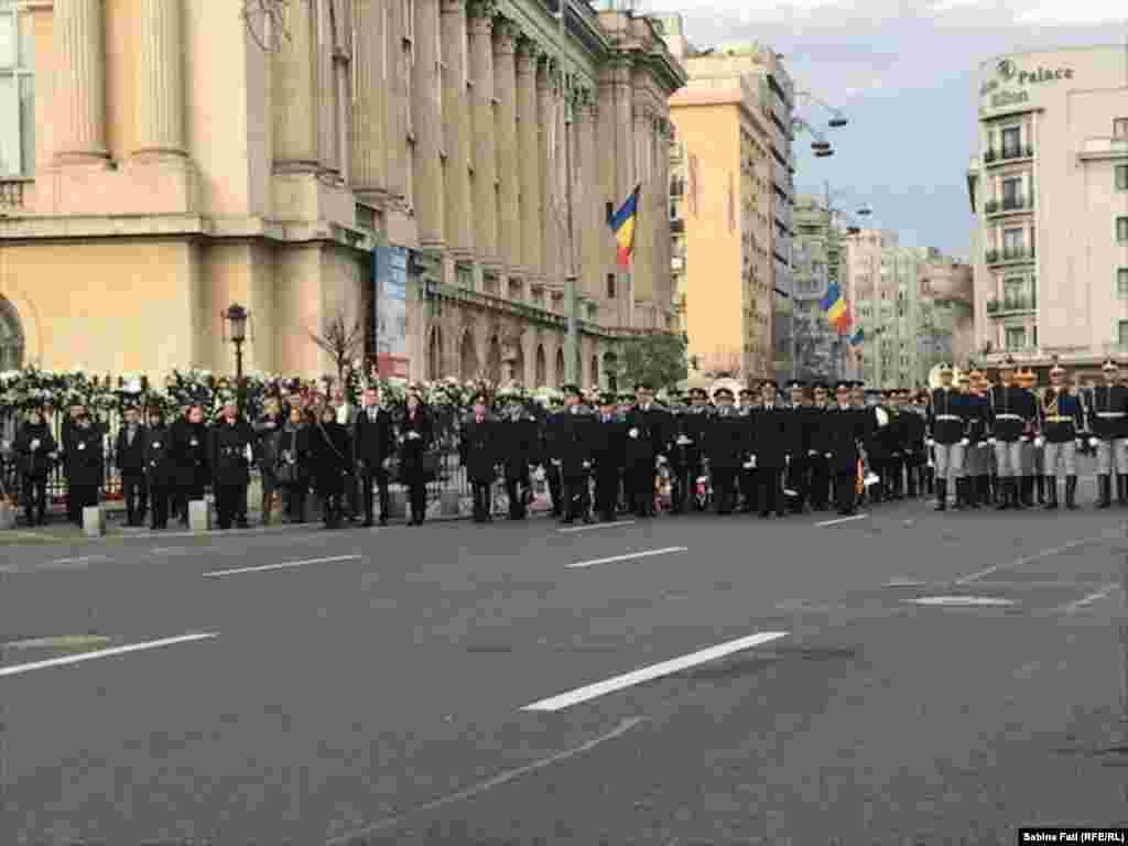 Mii de oameni îl însoțesc pe străzile Bucureștiului pe ultimul drum pe Regele Mihai