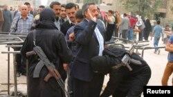 Սիրիա - «Ջաբհաթ ալ-Նուսրա» խմբավորման զինյալները խուզարկում են քաղաքացիական անձանց Հալեպի արվարձաններից մեկում, արխիվ