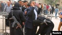 Бійці Фронту «Ан-Нусра» обшукують цивільних на КПП між «повстанчою» і «урядовою» частинами міста Алеппо, фото 7 листопада 2013 року