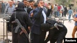 Алеппода соғысып жатқан исламшыл көтерілісші топтардың жауынгерлері тұрғындарды тексеріп жатыр. Алеппо, 7 қараша 2013 жыл.