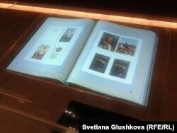 Нұрсұлтан Назарбаевтың суреттері жапсырылған экспонаттың бірі. Астана, 4 шілде 2014 жыл.