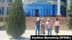 Жаңатұрмыс орта мектебінің мұғалімі Айман Сағидуллаева (оң жақта) өзін қолдаушылармен бірге Қарасай аудандық сот ғимараты алдында тұр. Алматы облысы. 18 тамыз 2016 жыл.