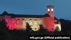 საქართველოს დროშის ფერებით განათებული ციხე-სიმაგრე სლოვენიაში (საარქივო ფოტო)