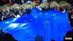 Бессрочная акция протеста в Киеве продолжилась в ночь на понедельник. Участники разбили палатки: они видны на заднем плане этой фотографии.