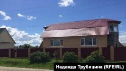 В поселке немало симпатичных современных домов