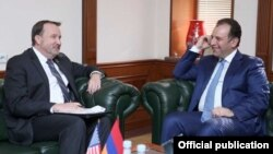 Министр обороны Армении Виген Саргсян (справа) и посол США Ричард Миллз, Ереван, 27 октября 2017 г․
