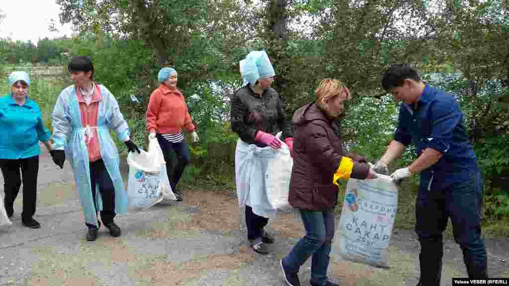 Активисты разбивались на группы и прочесывали территорию всего малого озера в поисках различного мусора, собирая его в мешки из-под сахара.