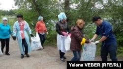 Активисты складируют собранный с малого озера в Центральном парке Караганды и прилегающей к нему территории мусор. 30 июля 2016 года.