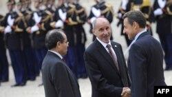 مصطفی عبدالجلیل، رئیس شورای انتقالی لیبی (در وسط) در دیدار با نیکولا سارکوزی، رئیسجمهور فرانسه.
