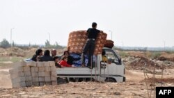 Луѓе го напуштаат Алепо.