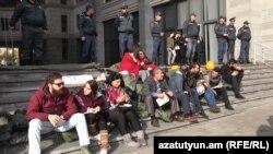 ԿԳՄՍ նախարարության շենքի դիմաց ուսանողները նստացույց են անում, Երևան, 13-ը նոյեմբերի, 2019թ.