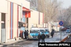 Полицейские автомобили в районе рынка «Ялян» в Алматы. 8 февраля 2020 года.