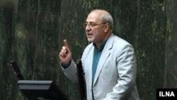 حسینعلی حاجی دلیگانی روز ۲۶ دی، اعلام کرده بود که «۱۰۰ مسئول کشور، دوتابعیتی و دارای گرین کارت» هستند.