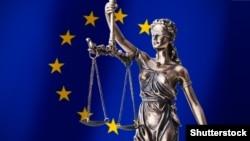 Avropa Birliyi bayrağı fonunda məhkəmə simvolu