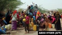 این تصویر از ۱۲ مه گروهی از شهروندان در بندر حدیده را نشان میدهد که در حال گرفتن سهمی از تانکر آب آشامیدنی هستند