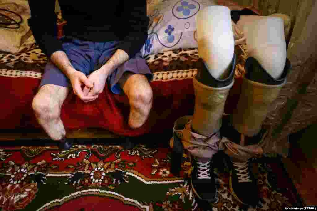 İmran Lalayev 1992-ci ildə anadan olub. 21 yaşına qədər tikintidə müxtəlif sahələrdə işləyib. Günlərin bir günü işə gedərkən qulaqcıqla musiqiyə qulaq asaraq dəmir yolunu keçib.