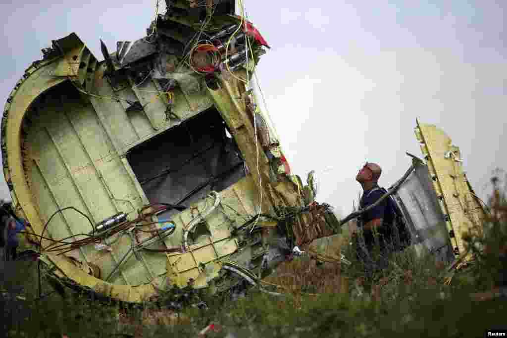 Совет безопасности Нидерландов опубликовалпервый отчетследственной комиссии о катастрофе самолета компании MalaysiaAirlines17 июля 2014 годав небе над Донецкой областью Украины.Эксперты считают,что самолет был разрушен в результате попадания в него поражающих объектов «извне», но не называют тип ракеты, которой мог быть поражен Boeing.
