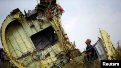 Малайзийский эксперт на месте крушения самолета компании Malaysia Airlines. Донецкая область, июль 2014 года. Иллюстративное фото.