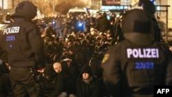 Полиция на митинге правых организаций в Лейпциге. 11 января 2016 года.