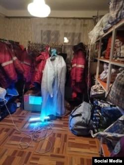 Одноразовые костюмы «дезинфицируются» в общей раздевалке