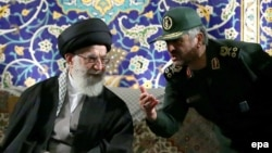 Аятолла Али Хаменеи (сол жақта) революция гвардиясының басшысы Мохамад Али Джафаримен сөйлесіп отыр. Тегеран, 20 қараша 2013 жыл.
