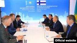 Президент Казахстана Нурсултан Назарбаев (второй справа) на встрече с представителями бизнеса Финляндии. Хельсинки, 16 октября 2018 года.