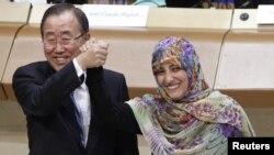 Secretarul general ONU, Ban Ki-moon (stânga), şi laureata premiului Nobel pentru pace, Tawakkol Karman, la ceremonia de deschidere a Forumului mondial pentru democraţie de la Strasbourg. 8 octombrie 2012