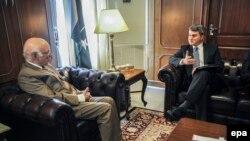 ABŞ-nyň Owganystan we Pakistan boýunça ýörite wekili D.Feldman (s) we Pakistanyň daşary gatnaşyklar boýunça geňeşçisi S.Aziz (ç).