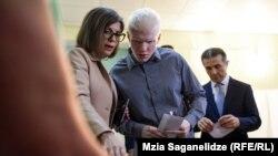Бидзина Иванишвили с сыном Берой Иванишвили и супругой Экой Хведелидзе на промежуточных выборах в Мтацминда. Тбилиси, 19 мая, 2019 г.