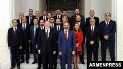 Архив -- премьер-министр Никол Пашинян и новоназначенные члены правительства фотографируются с президентом Арменом Саркисяном, 21 мая 2018 г.