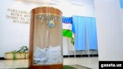 Урна для бюллетеней на избирательном участке.