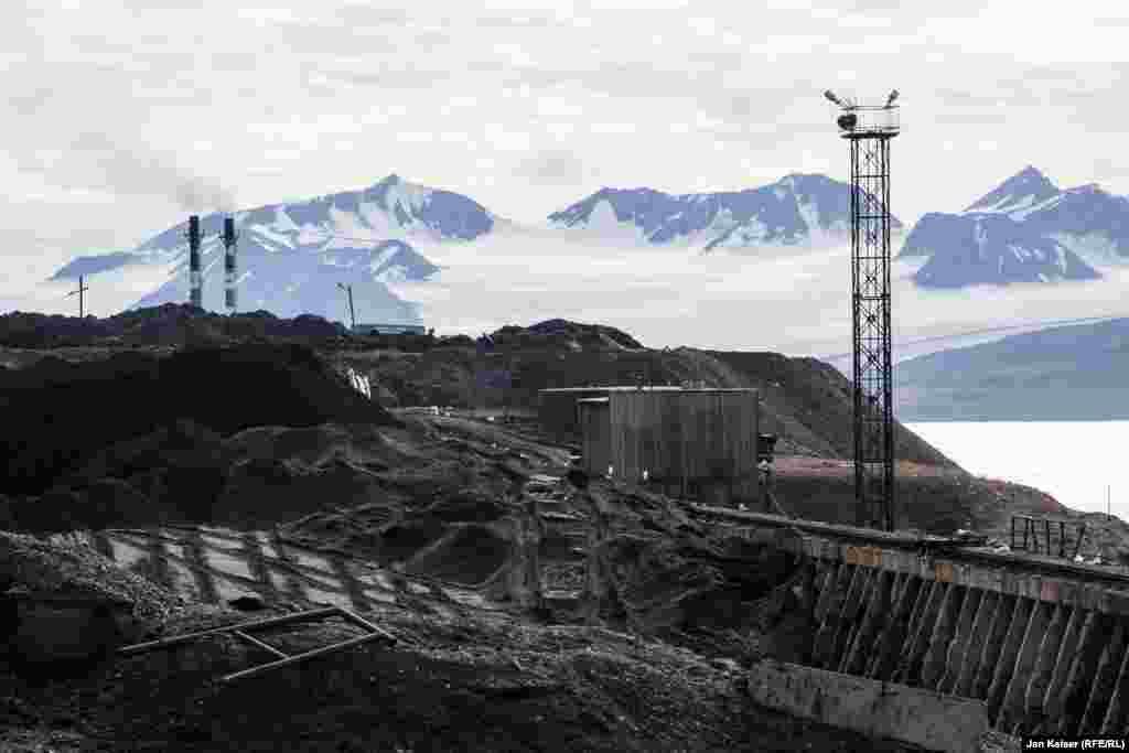 Согласно подписанному в 1920 году договору, если страна хочет оставаться на Шпицбергене, она должна вести здесь какую-то деятельность. Исторически сложилось, что это – добыча угля.