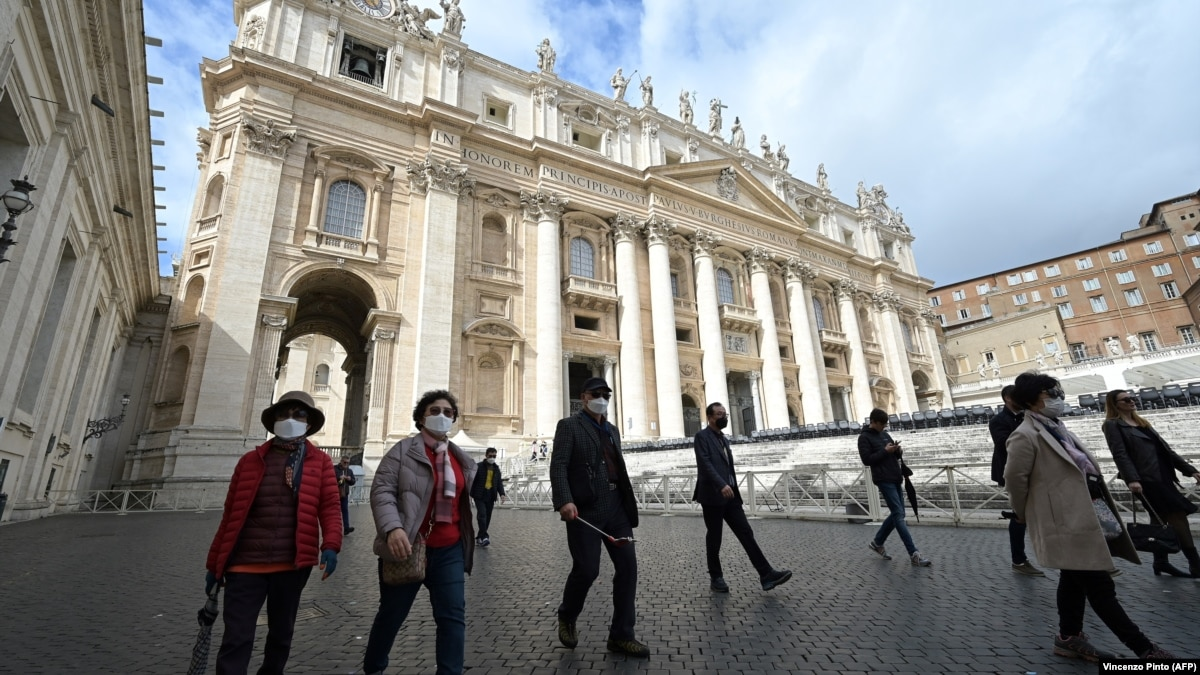 Папа Франциск нарушил многовековую традицию и обратился к верующим через интернет-трансляцию