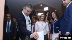 Премьер-министр Армении Карен Карапетян голосует в Ереване. 14 мая 2017 года.