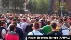 Неколку стотина приврзаници на опозицијата протестираа пред Основниот суд Скопје во знак на солидардност со претседателот на советот на општина Центар Мирослав Шиповиќ, кој беше уапсен на аеродромот во Виена.