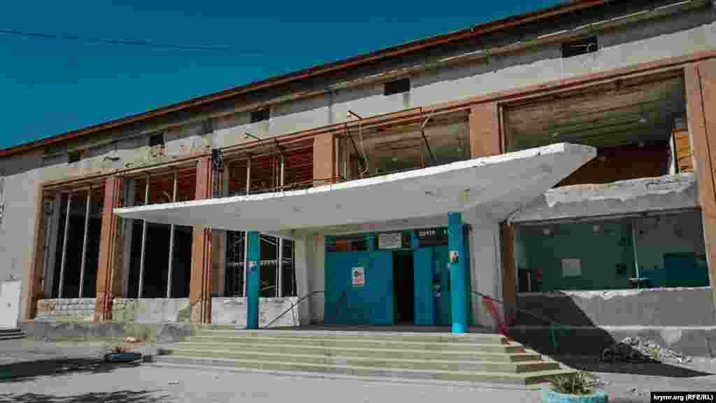 За сквером – старый клуб, в котором идет ремонт