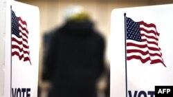 Избиратель во время голосования на выборах президента США . 6 ноября 2012 года.