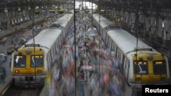 India -- Commuters disembark from crowded suburban trains during the morning rush hour at Churchgate railway station on World Population Day in Mumbai, 11Jul2012
